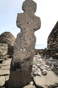 ancient high cross. Notice the quartz stones in this graveyard
